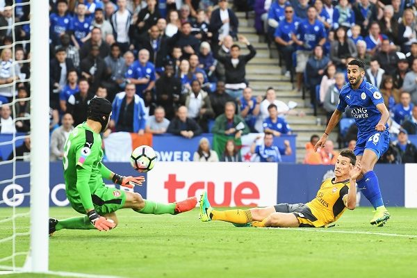 LEICESTER, ENGLAND - AUGUST 20: Petr Cech of Arsenal saves a Riyad Mahrez of Leicester City shot during the Premier League match between Leicester City and Arsenal at The King Power Stadium on August 20, 2016 in Leicester, England.  (Photo by Michael Regan/Getty Images)